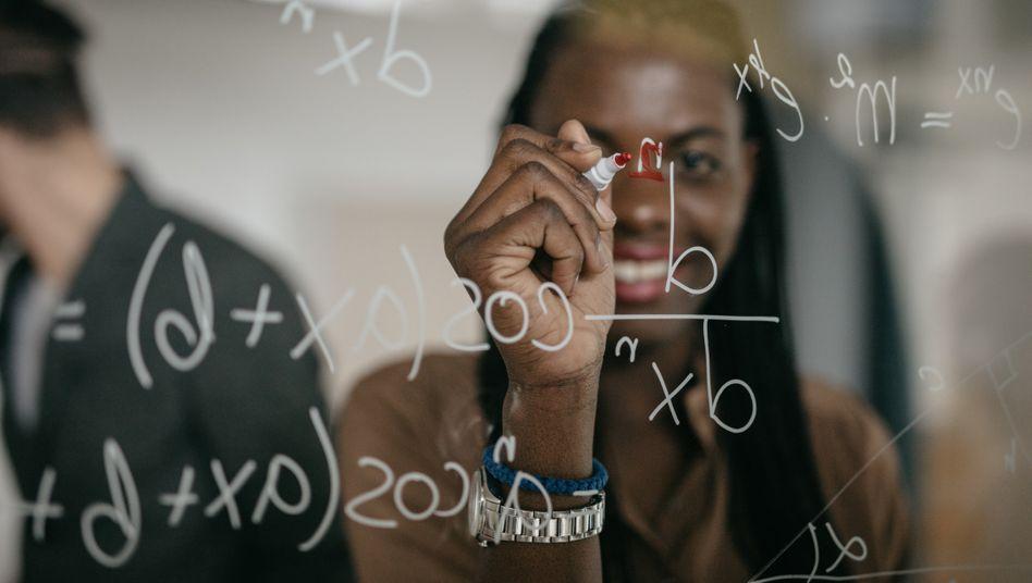 Das Mathestudium beinhaltet auch viele Gruppenübungen, dann arbeitet man zum Beispiel gemeinsam an der Tafel (Symbolbild)