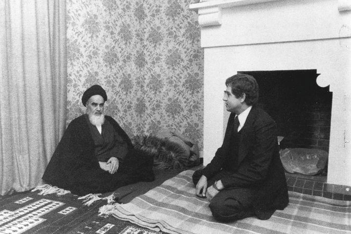 Winduhr (r.), Ayatollah Khomeini im Januar 1979 in der Nähe von Paris