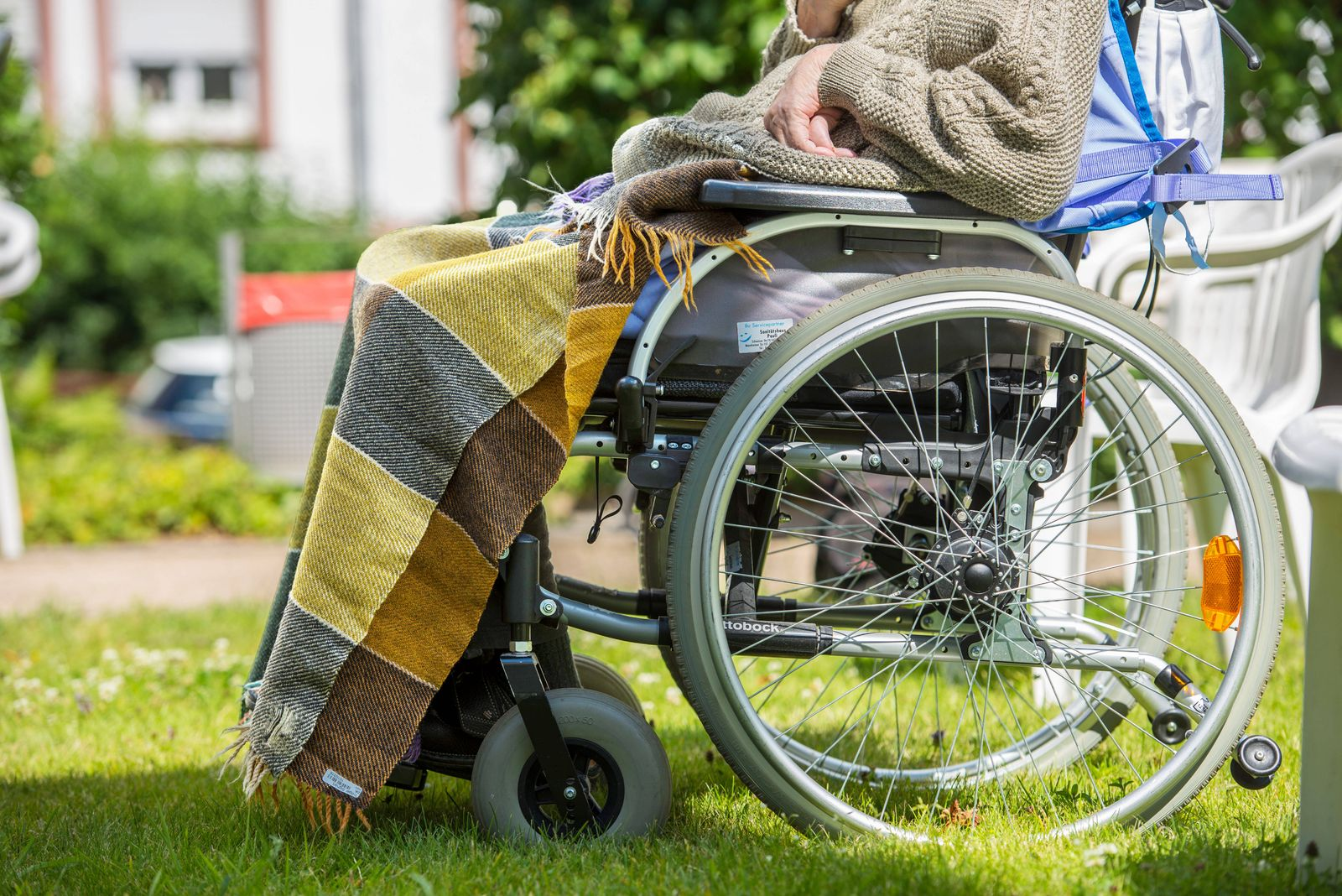 Aelterer Mann im Rollstuhl im Garten eines Pflegeheims in Bad Homburg (Foto vom 02.07.2020) Aelterer Mann im Rollstuhl *