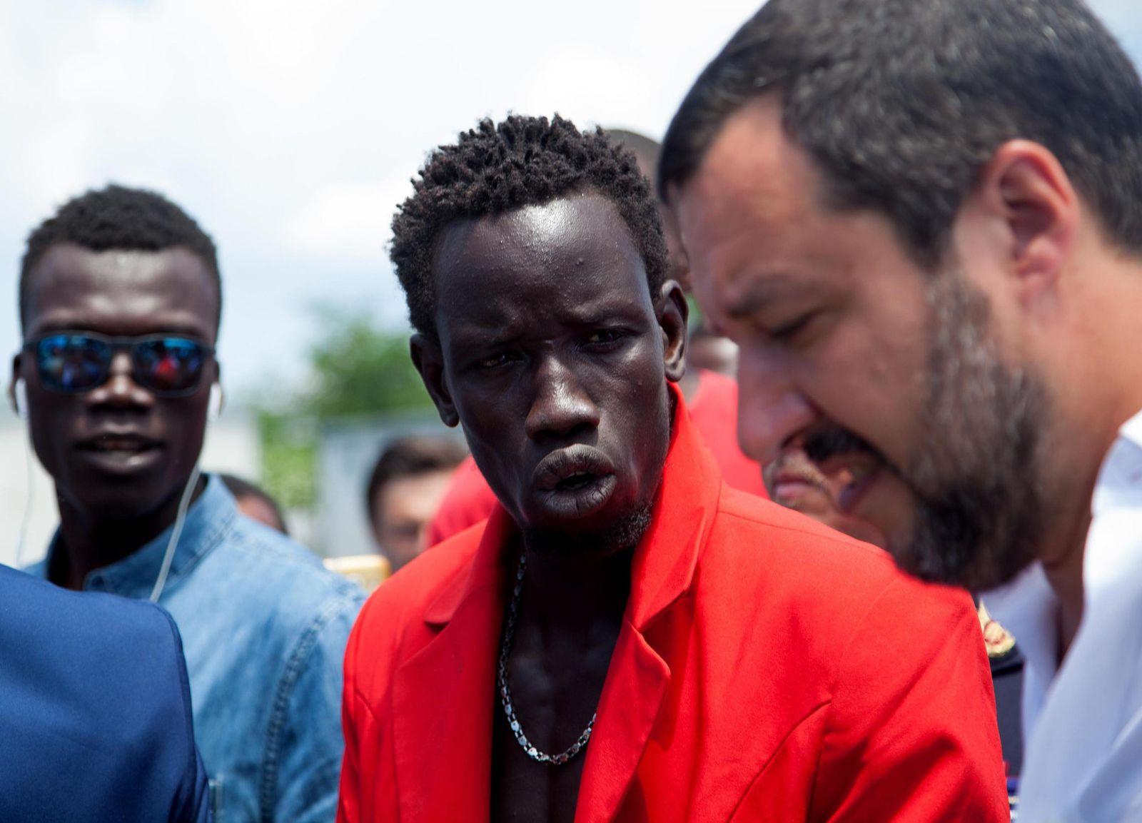 Matteo Salvini mit Flüchtlingen