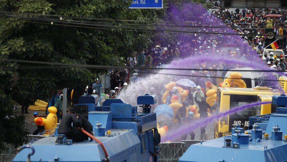 Wasserwerfer gegen Demonstranten in Bangkok