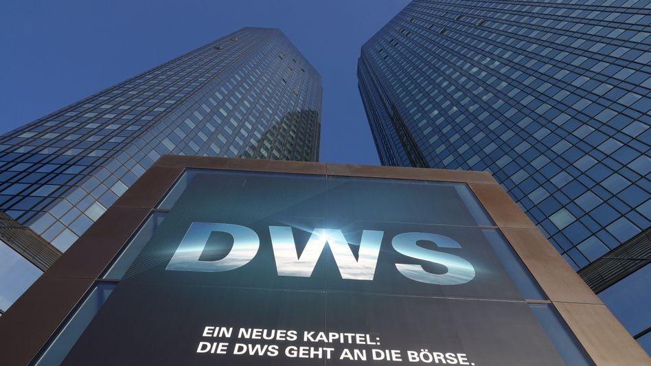 Plakat zum DWS-Börsengang im April 2018 vor der Zentrale der Deutschen Bank in Frankfurt am Main