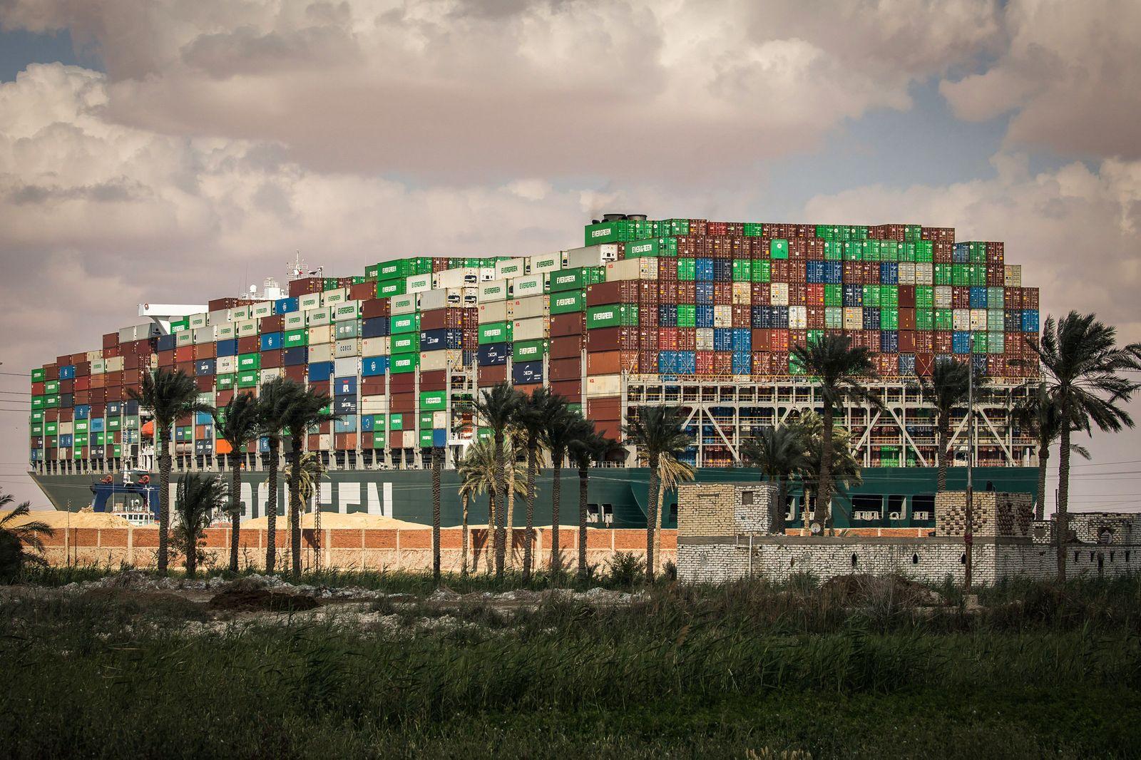 Containerschiff blockiert Suezkanal
