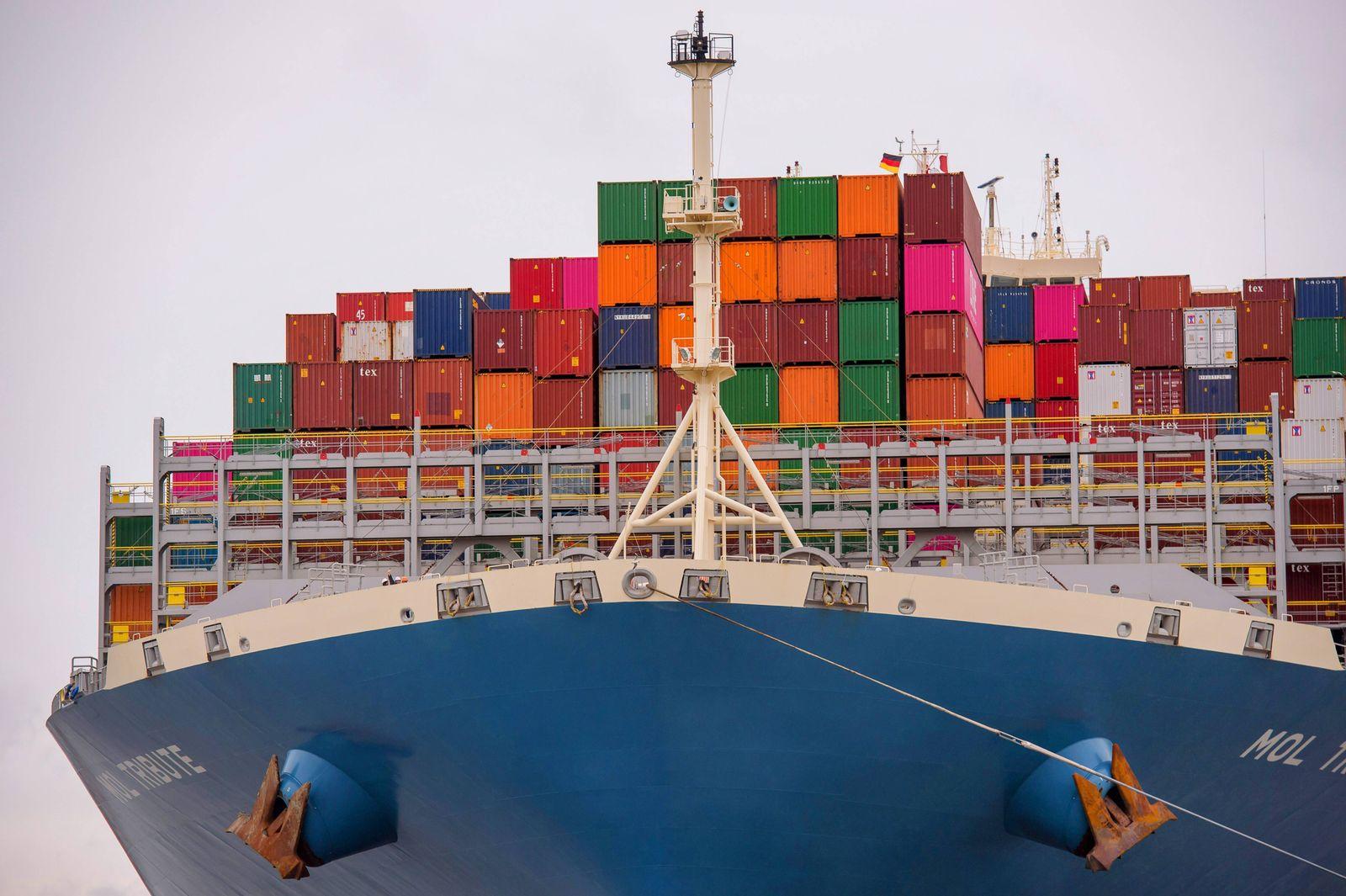 Containerschiff auf der Elbe, Deutschland, Hamburg container ship on river Elbe, Germany, Hamburg BLWS529875 Copyright: