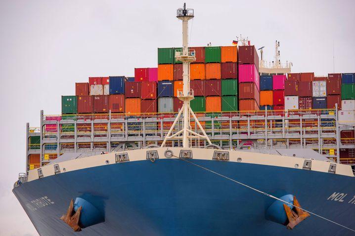 Containerfrachter auf der Elbe: Außenhandel deutlich im Minus