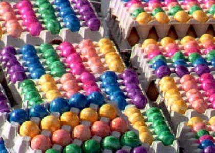Bunte Ostereier: Altersstempel unter der Farbe verborgen