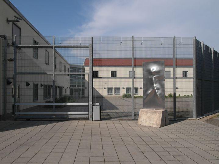 """""""Hier geht's zu Papa"""": Eingang zur forensischen Psychiatrie am Klinikum Weissenhof"""
