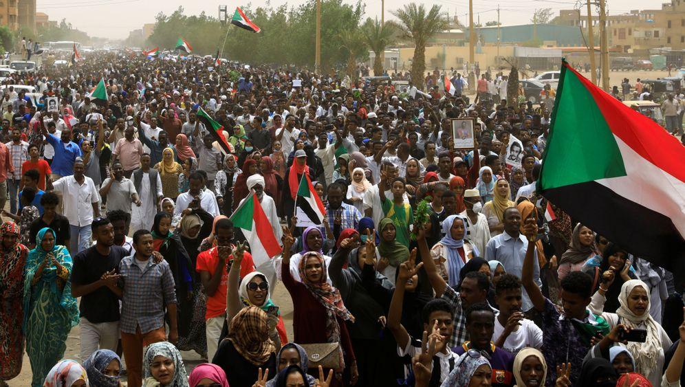 """Revolte im Sudan: """"Nein zu den Warlords, nein zum Militärregime"""""""