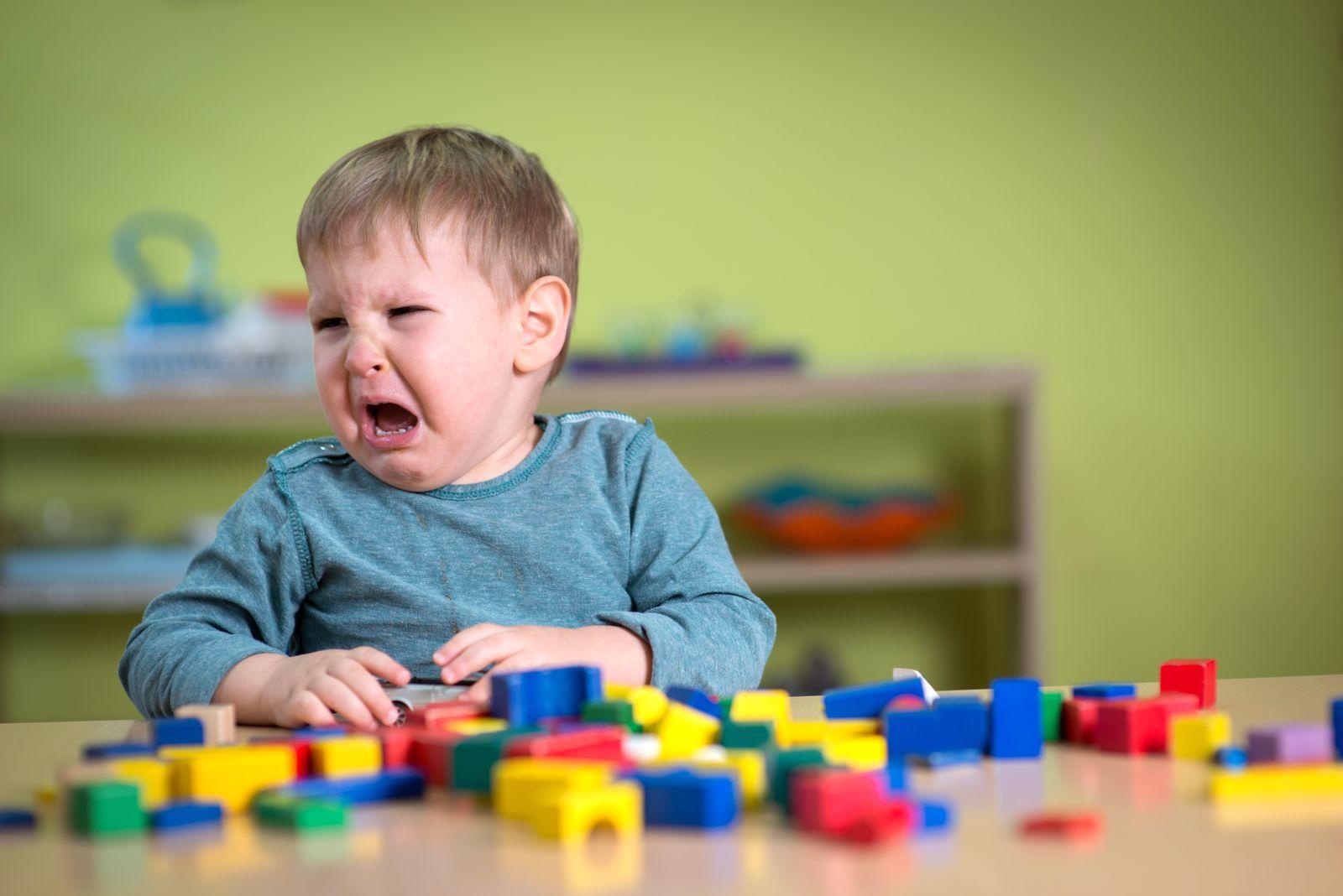 EINMALIGE VERWENDUNG Kindergarten/ weinendes Kind/ Symbol