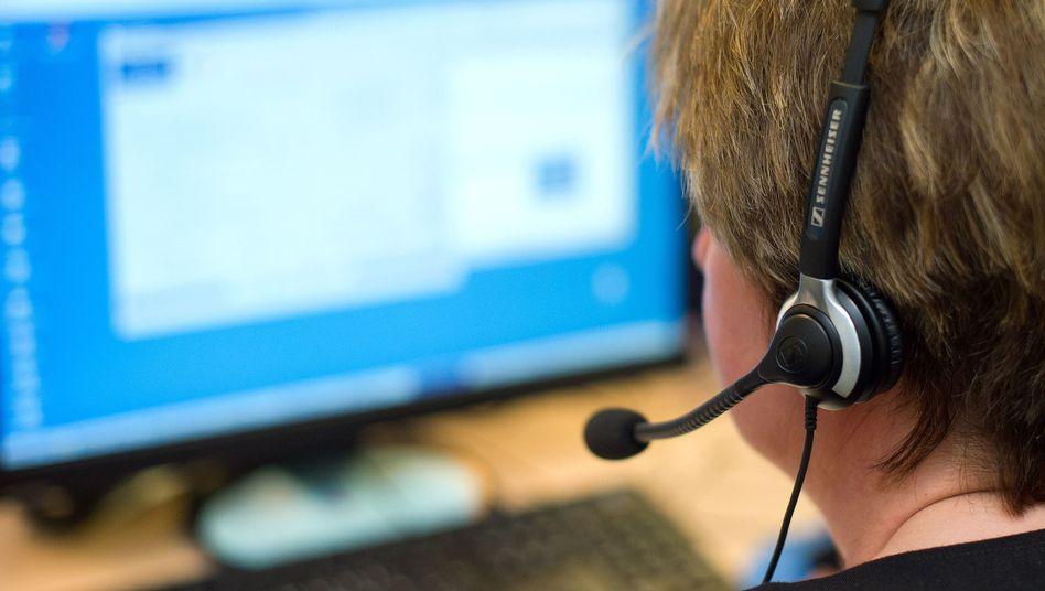 Callcenter-Mitarbeiterin (Archivbild): Anruf bei der Leiharbeiterin