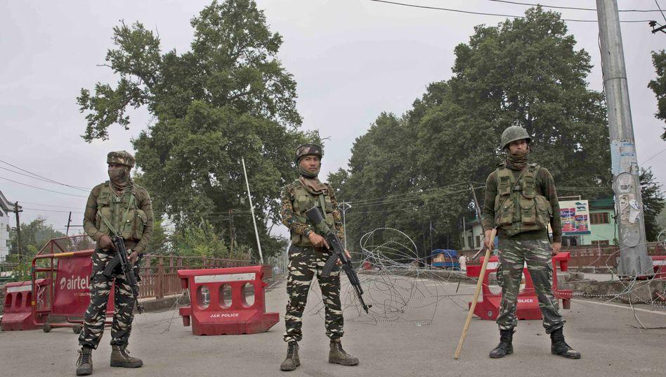 Indische Soldaten stehen Wache in der Nähe eines provisorischen Kontrollpostens