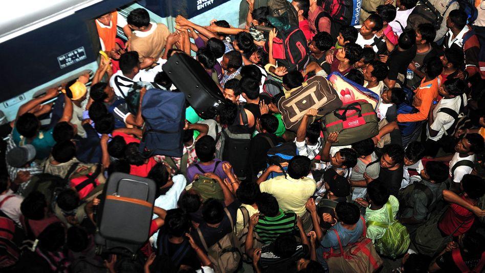 Andrang in Bangalore (Donnerstag): Tausende flohen wegen Panik-SMS