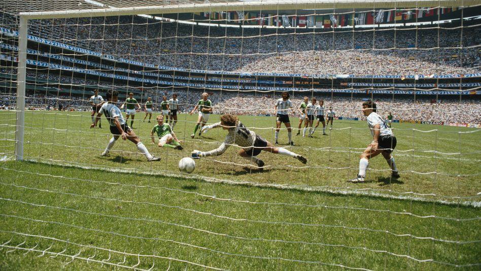 Karl-Heinz Rummenigge trifft im WM-Finale 1986, und der Geruch von Franzbranntwein ist in der Nase