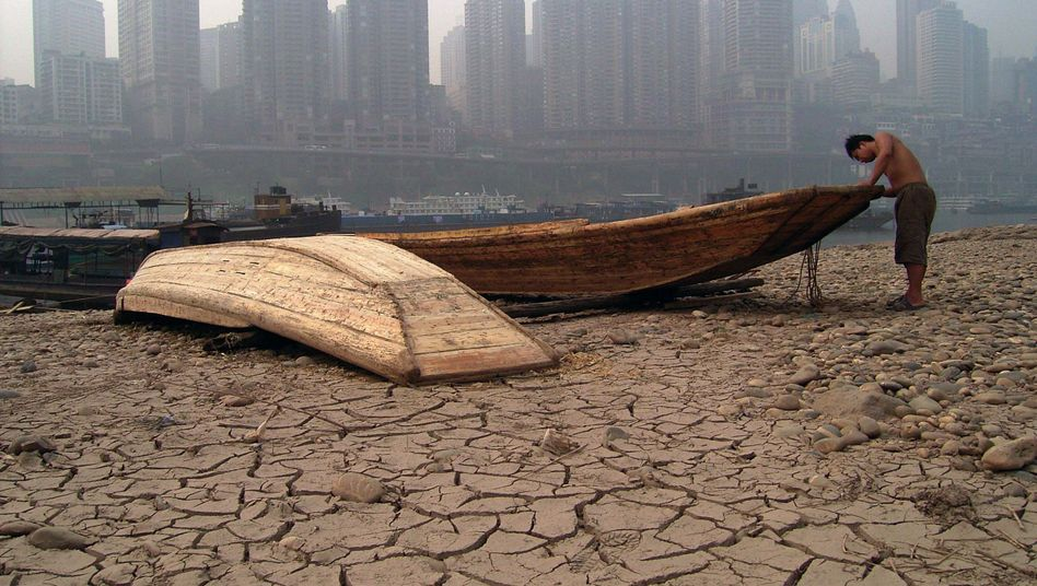 Ausgetrocknetes Flussbett des Jialing vor der Skyline der Millionenstadt Chongqing: China muss sich auf mehr Hitzewellen gefasst machen