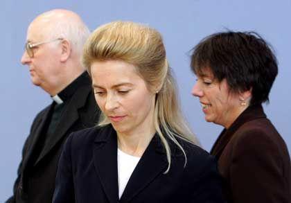 """Von der Leyen (mit Kardinal Sterzinsky und Bischöfin Käßmann): """"Erst unsere eigenen Positionen klären"""""""