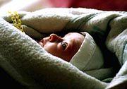 Pause für den Staubsauger: Das Baby kann so nicht nur besser schlafen, sondern auch Abwehrstoffe gegen Allergien und Asthma bilden.