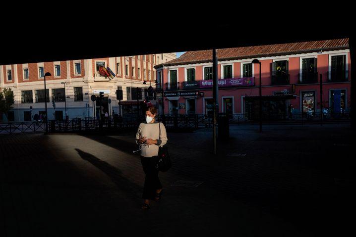 Frau mit Maske in Madrid
