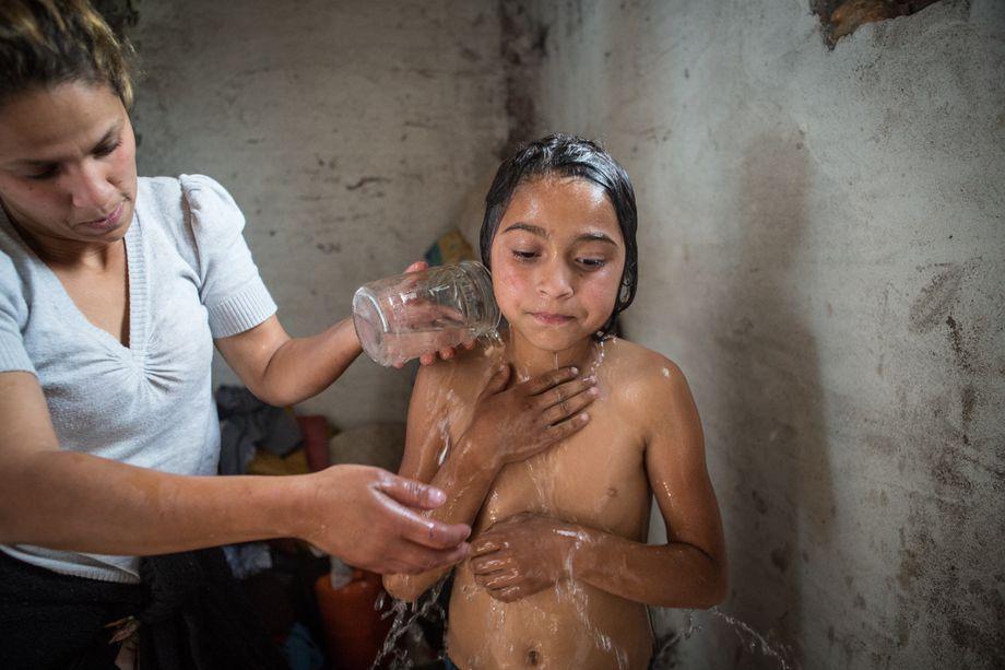 Kiza Mustafa wäscht ihre Tochter