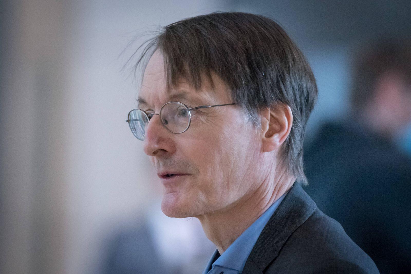 Berlin, Karl Lauterbach gibt Interview im Bundestag Karl Lauterbach (spd) während eines Interviews im Deutschen Bundest
