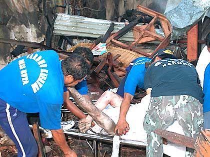 Terroranschlag von Bali: Rettungskräfte bergen Opfer (Archiv)