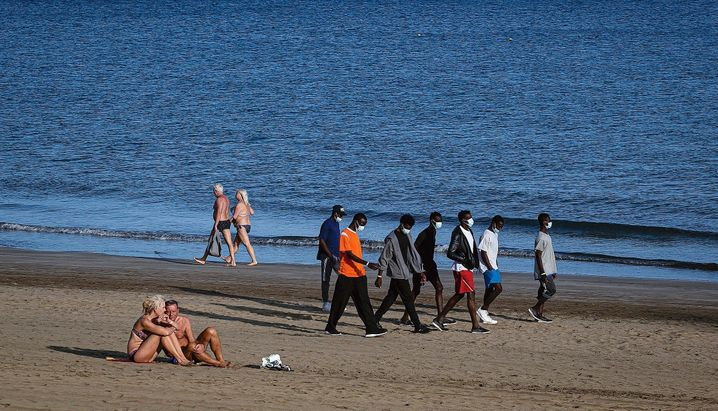 """Tourists and migrants on Playa del Inglés: """"It ruins the vacation feeling."""""""