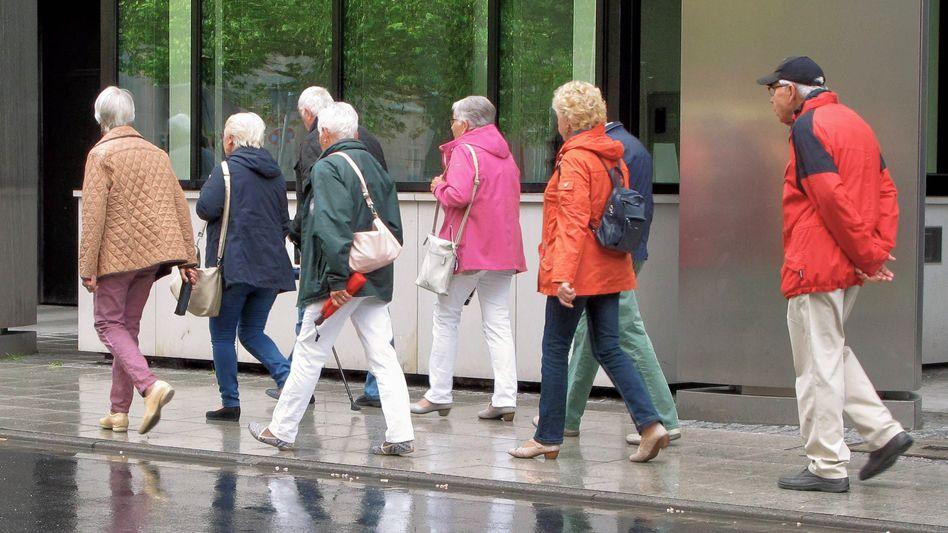 Rentner bei einem Ausflug: Bis 2033 sollen die Altersbezüge um insgesamt rund 36,4 Prozent steigen