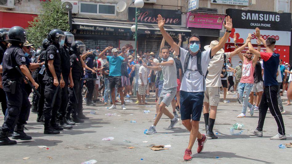 Demonstranten in der Hauptstadt Tunis am Sonntag: Die Menschen sind wütend über den wirtschaftlichen Niedergang
