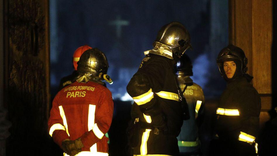 Pariser Feuerwehrleute beim Einsatz in Notre-Dame