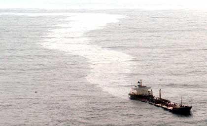 Der Ölteppich soll nach Berichten von Augenzeugen an manchen Stellen 40 Zentimeter dick sein