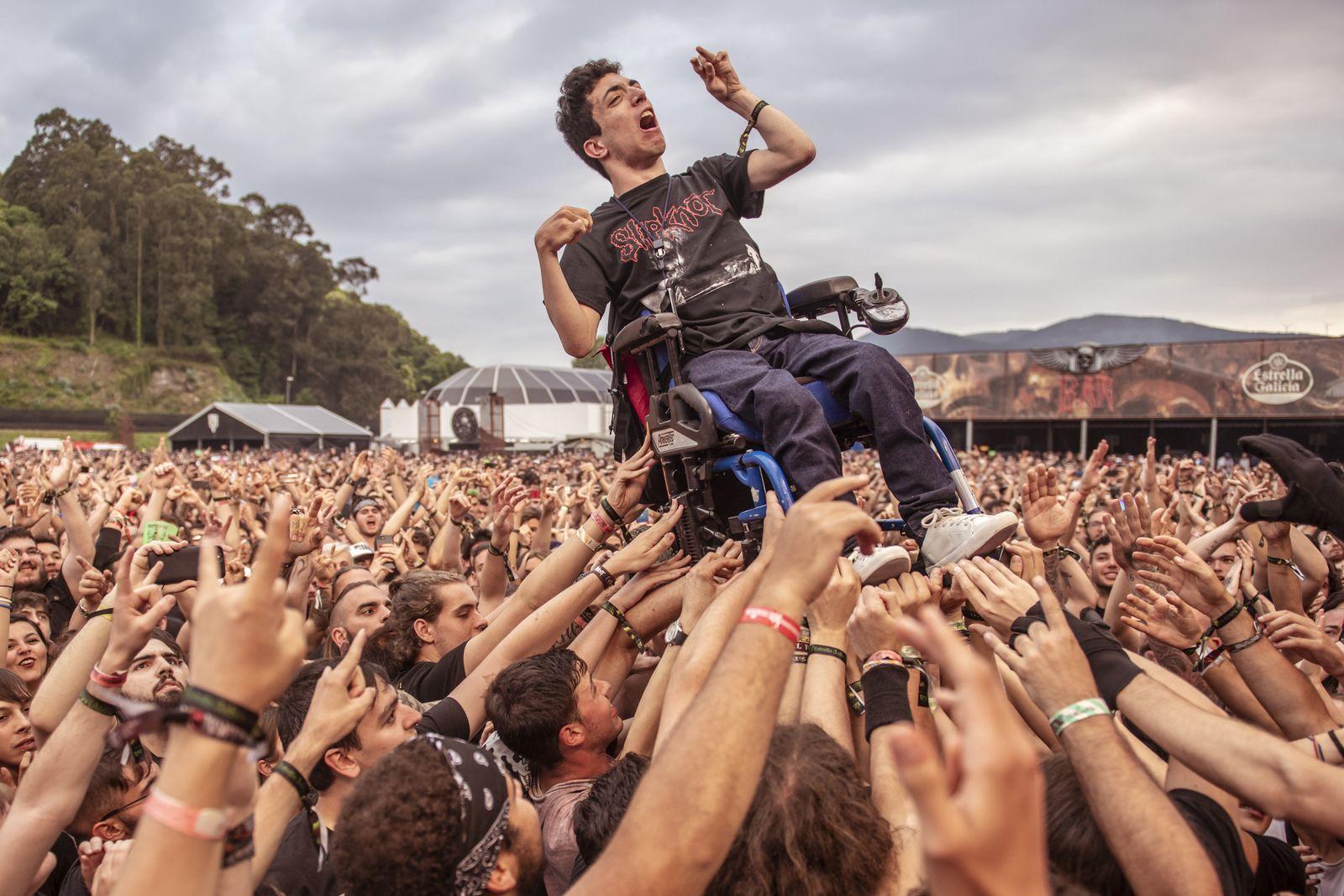 Fans helfen Rollstuhlfahrer/ Viveiro Festival/ Spanien