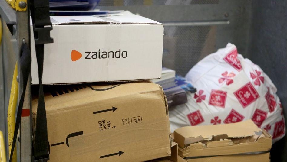 Zalando-Paket im Post-Verteilzentrum in Rudersdorf: Verschiebung der Kundennachfrage von Offline nach Online