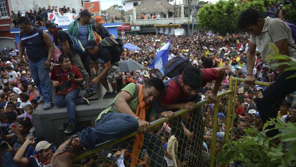 Tausende Migranten aus Honduras beim Überqueren der Grenze zwischen Guatemala und Mexiko