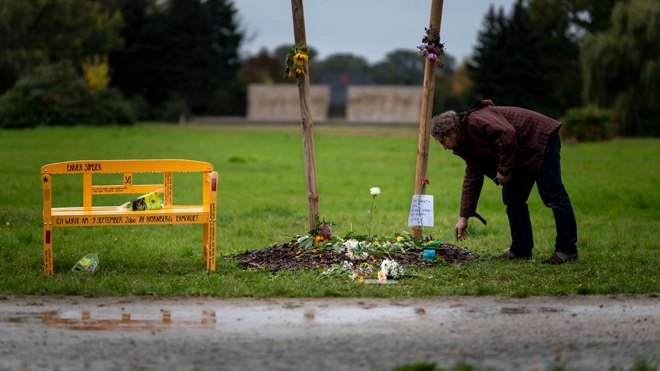 Erst am Freitag aufgestellt: Die inzwischen beschädigte Gedenkbank für Enver Simsek (Archivbild)