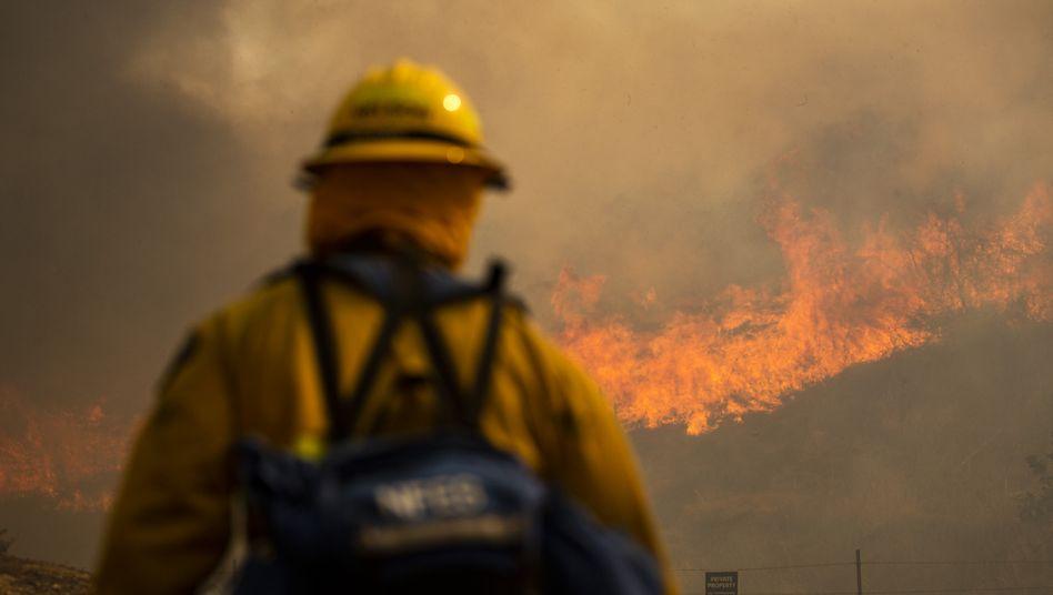 Feuerwehrleute kämpfen in Irvine, Kalifornien, gegen die Flammen
