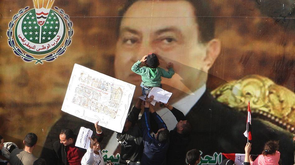 Anhänger von Präsident Mubarak vor Riesenporträt: Die Regime-Treuen sind zurück