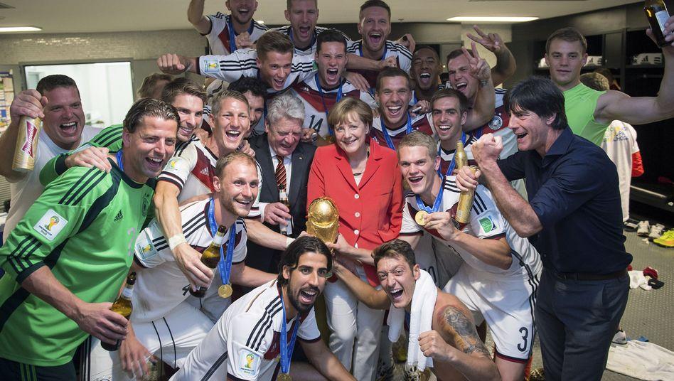 So feiern Weltmeister: Nationalspieler mit Merkel und Gauck in der Kabine