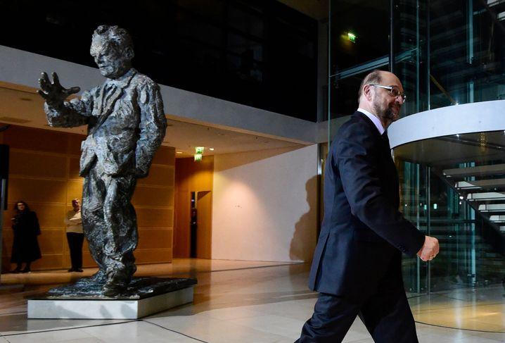 Willy Brandt (als Statue), Martin Schulz (im Abgang)