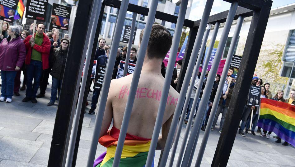 Aktivisten protestieren in Berlin gegen die Verfolgung von Homosexuellen in Tschetschenien (2017)