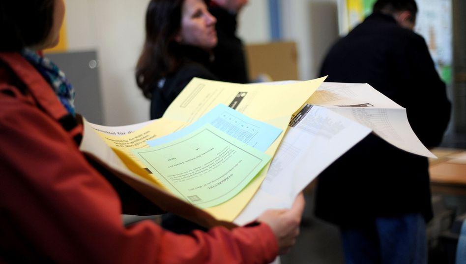 Stimmzettel für hessische Kommunalwahl: Niedrige Wahlbeteiligung