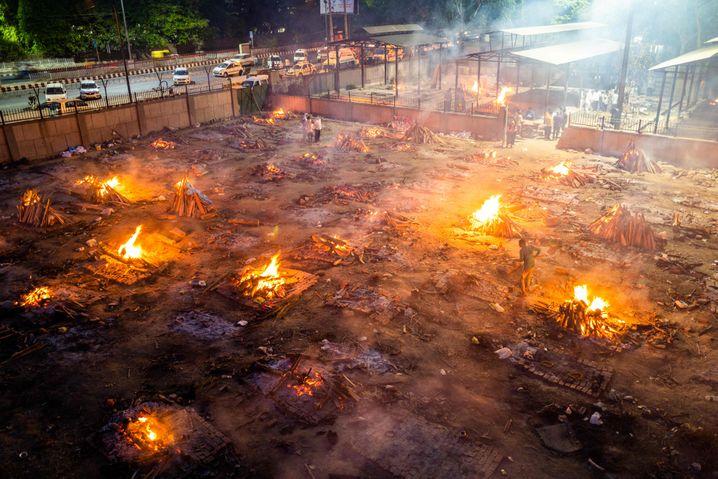 In der indischen Hauptstadt Delhi kommen die Krematorien mit der Verbrennung der Leichname kaum noch hinterher