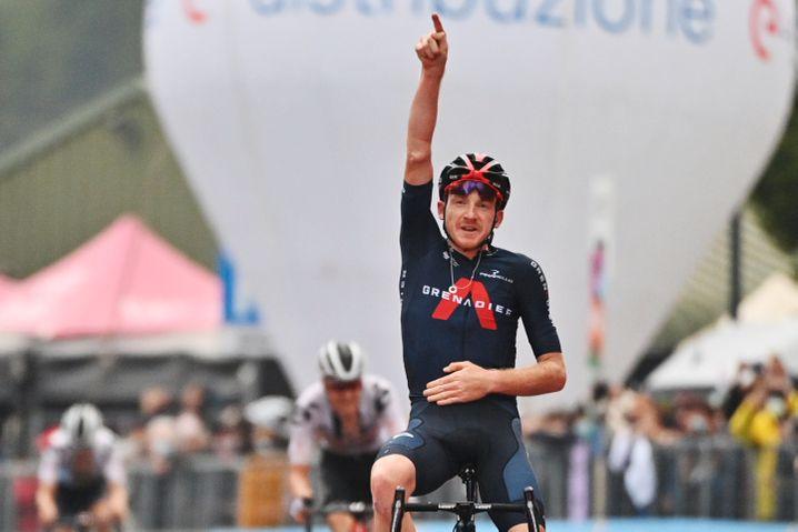 Sieg auf der 15. Etappe: Tao Geoghegan Hart hatte vor dem Jubel noch Zeit, seine Sonnenbrille abzusetzen