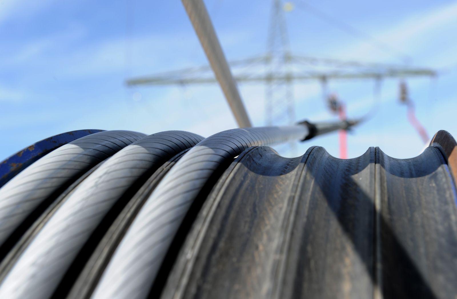 NICHT VERWENDEN Strom / Strommast / Stromtrasse / Energie