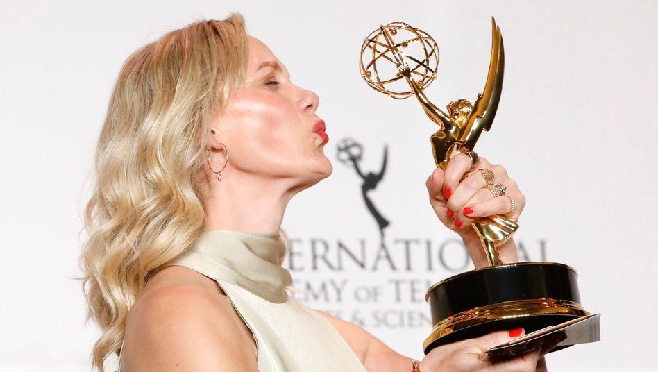 Anna Schudt mit der Emmy-Trophäe