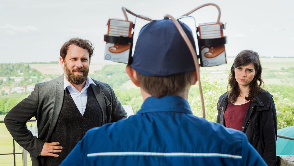 Am Tatort: Dorn (Nora Tschirner), Lessing (Christian Ulmen, l.) und der mit Kakao-Drinks munitionierte Lupo (Arndt Schwering-Sohnrey)
