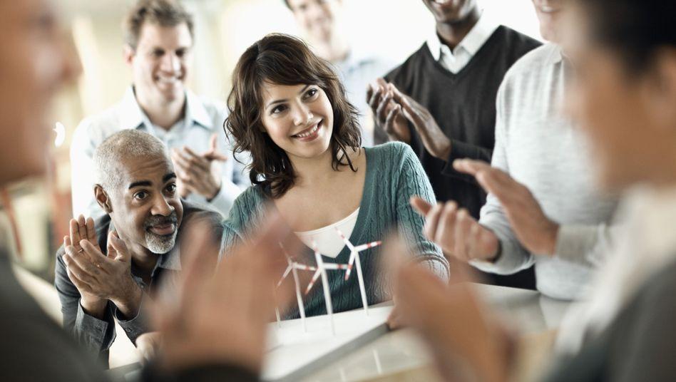 Büroszene: Lob muss individuell zugeschnitten sein