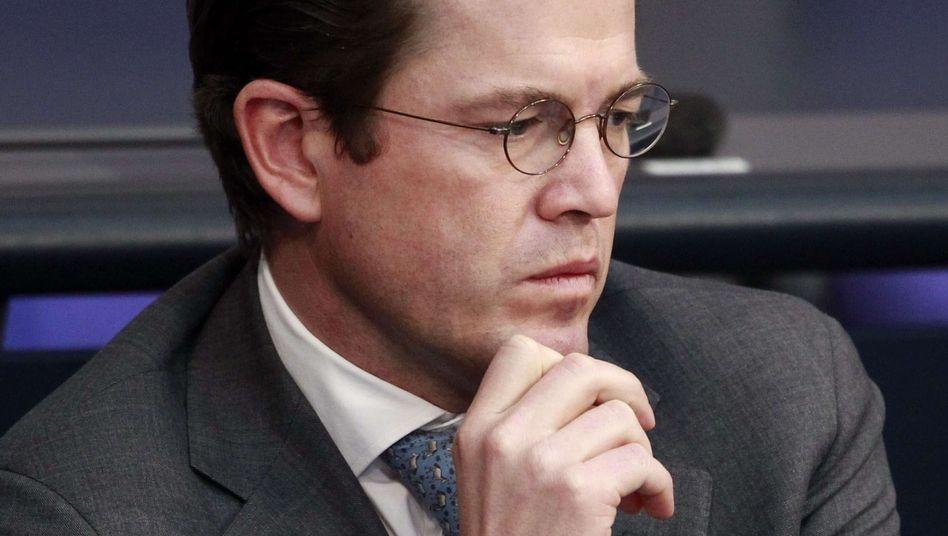 """Verteidigungsminister Guttenberg: """"Sehr fehlerhafte Doktorarbeit"""""""