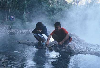 Heiße Tapai-Quellen: Das schwefelhaltige Wasser hält die Haut jung und schön