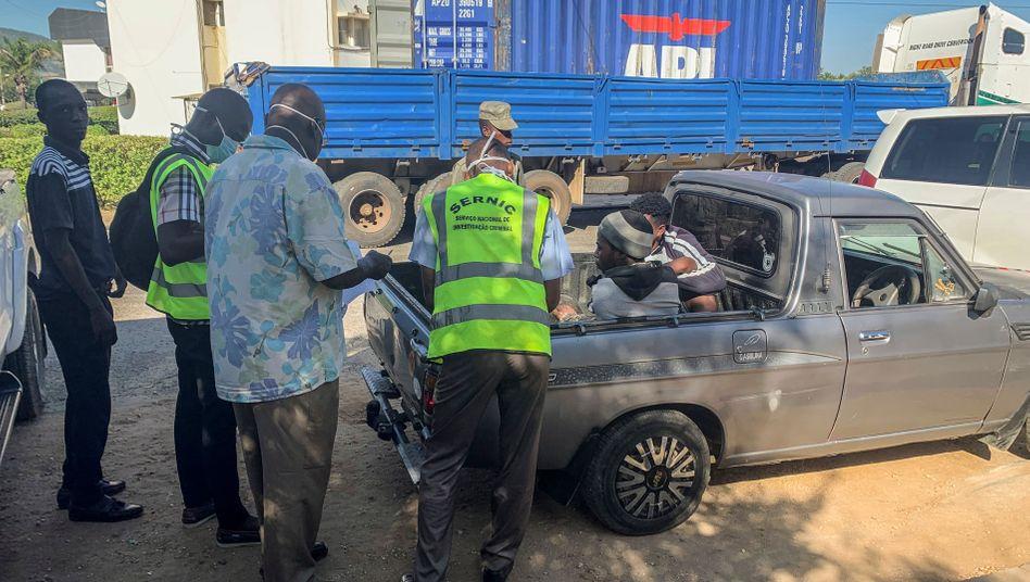 Einsatzkräfte befragen Überlebende des Transports im Westen von Mosambik