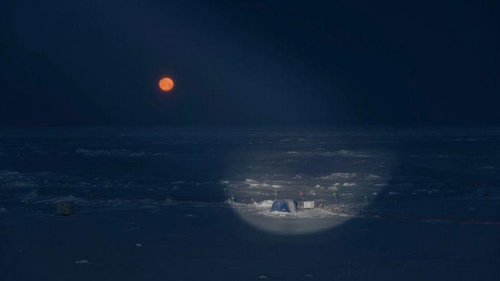 """Über dem Forschungscamp """"Ocean City"""" auf dem Eis ist der Vollmond aufgegangen"""