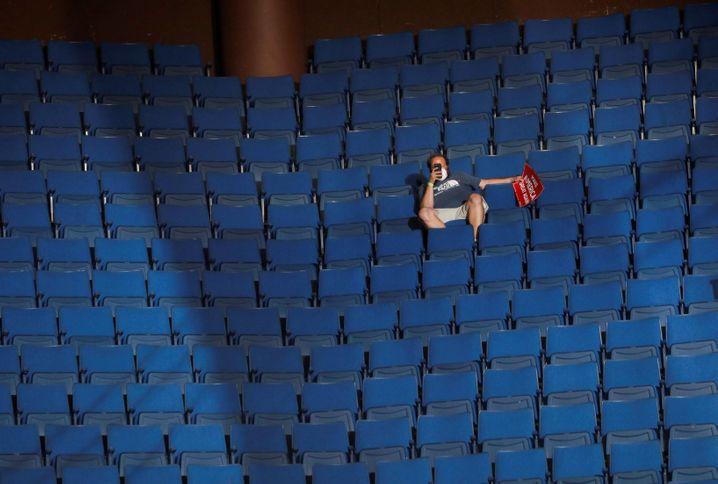 Allein auf den oberen Rängen: Von den 19.000 Sitzplätzen blieb am 20. Juni mehr als die Hälfte leer - offenbar auch, weil Trump-Gegner mit einer Onlinekampagne den Ticketverkauf sabotierten